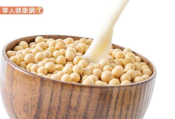 空腹不宜喝豆漿的主要原因是,若沒有搭配醣類食物,豆漿的蛋白質很容易就被當作熱量來使用。(圖/華人健康網提供)
