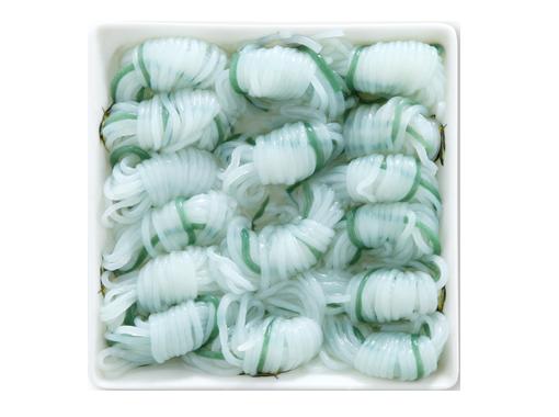為了讓無色的蒟蒻更顯眼,而用海藻混成綠色,並打結方便夾取。(圖/foodNEXT)