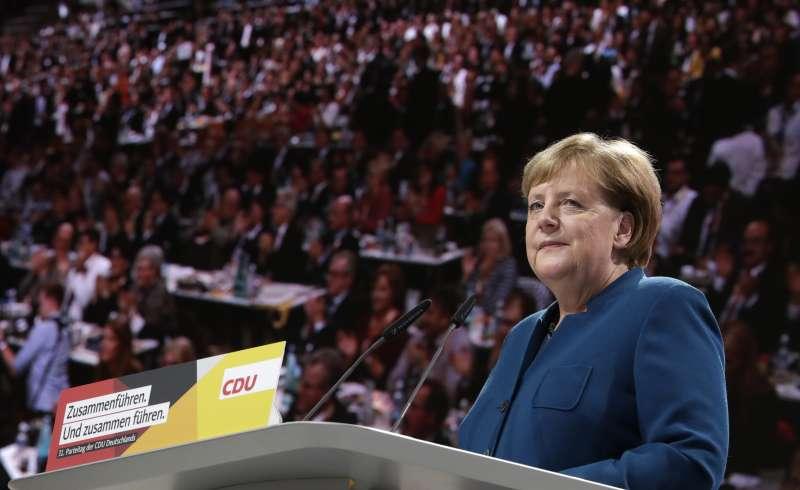 德國總理梅克爾7日在基民盟黨代表大會發表告別演說(美聯社)