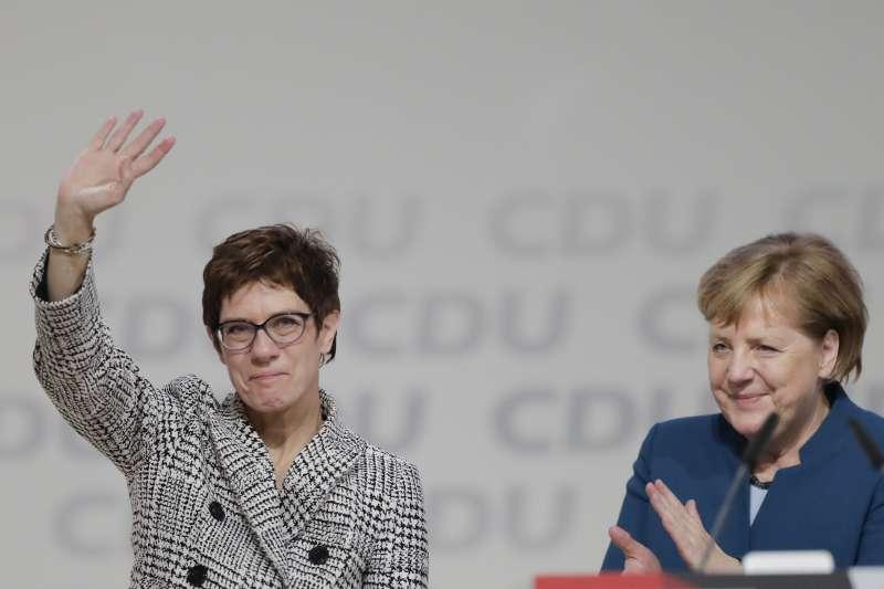 克朗普─卡倫鮑爾(左)當選為基民盟新黨魁,梅克爾為她鼓掌(美聯社)