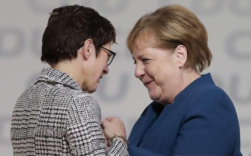克朗普─卡倫鮑爾(左)當選為基民盟新黨魁,梅克爾滿臉笑容地恭喜她(美聯社)