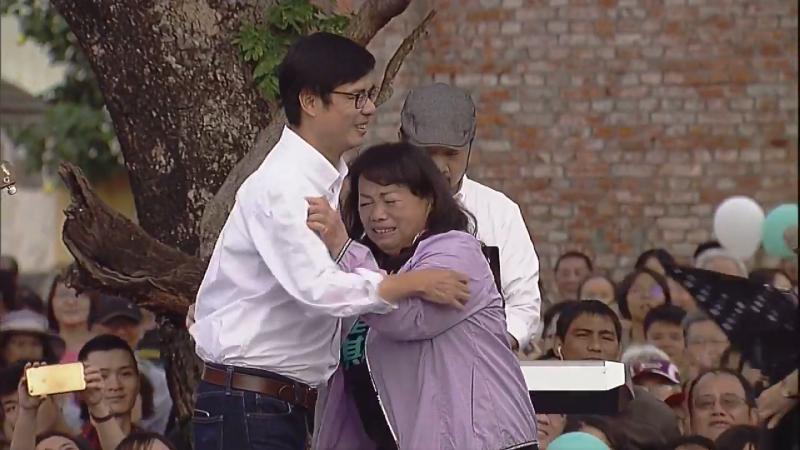 20181208-民進黨高雄市長候選人陳其邁,擁抱粉絲,要支持者別再哭了。(截圖自陳其邁臉書)