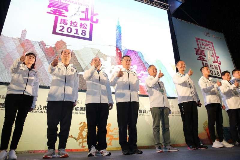20181209-台北市長柯文哲(左四)9日上午出席2018台北馬拉松。(取自台北市政府)
