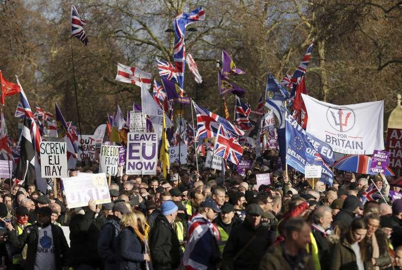 12月9日,支持脫歐的民眾在英國倫敦「花園弄」(Park Lane)示威(美聯社)