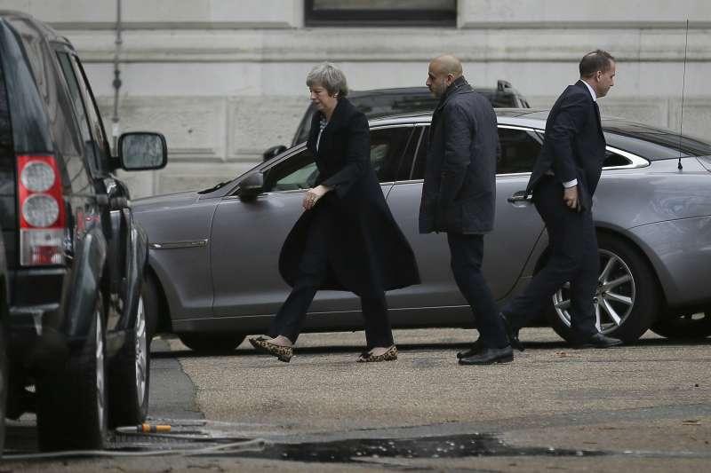 英國首相梅伊10日召開緊急內閣會議(美聯社)