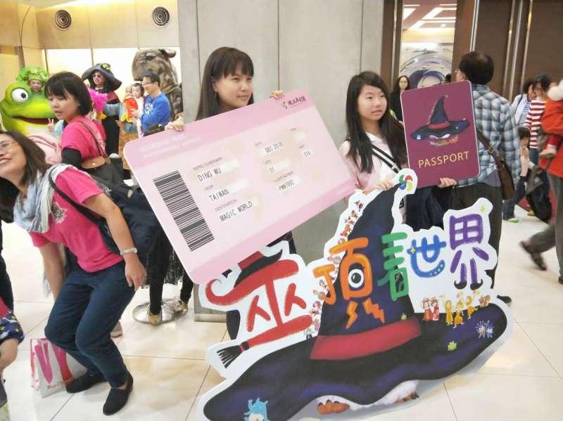 紙風車劇團巫婆系列全新創作《巫頂看世界》,12月8日在台北城市舞台首演後大獲好評。(紙風車劇團提供)