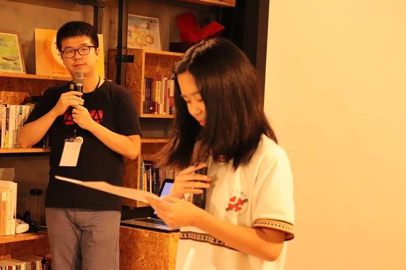 婦援會專員王力緯(左)帶領青少年工作坊,聆聽學生分享(圖/婦女救援基金會)
