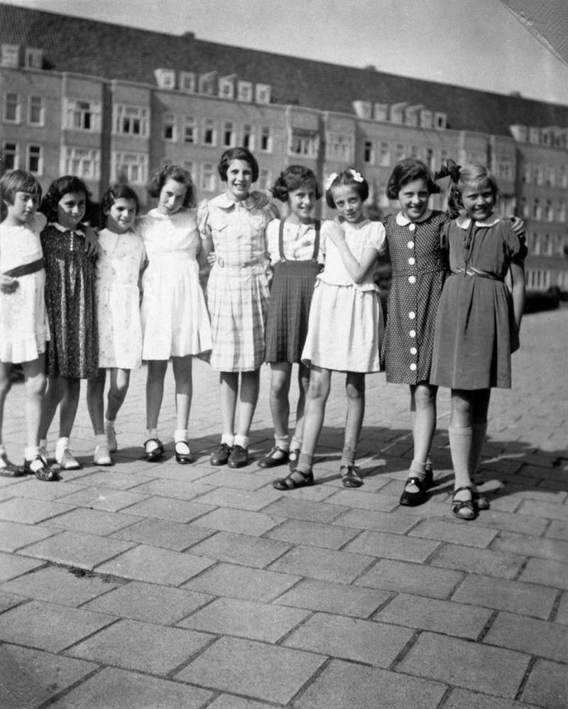 1939年6月12日,安妮和朋友們一起慶生。安妮是左二、漢娜莉是左四。(圖/婦女救援基金會)