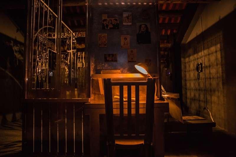 安妮的書桌,對應著她曾經受難的奧斯維辛集中營2(圖/婦女救援基金會)