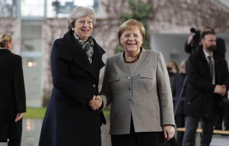 12月11日,英國首相梅伊前往德國柏林與德國總理梅克爾會面(美聯社)