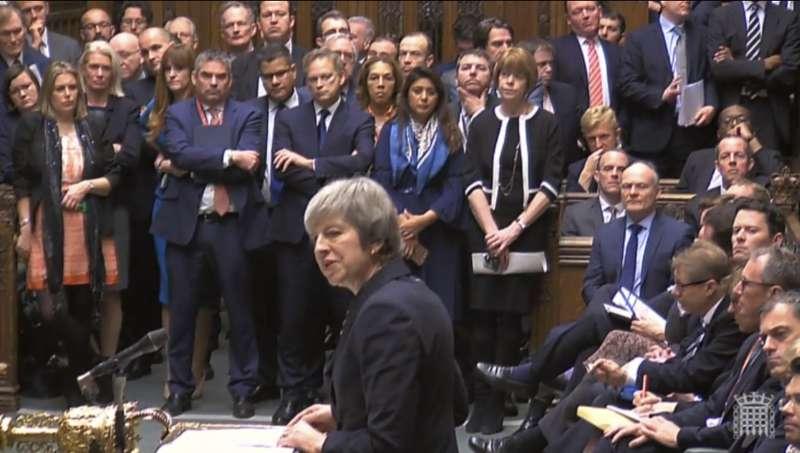 英國脫歐協議原訂11日在英國國會下議院表決,但該協議引起強烈反彈,首相梅伊眼看過關無望,10日緊急宣布延後表決,並對議員發表演說(美聯社)