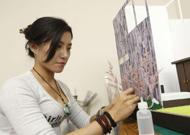 小緹視紙紮屋為藝術,連牆邊假花也堅持使用乾燥花。(郭晉瑋攝)