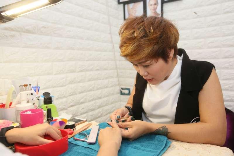 黃凱莉從小就非常喜歡指甲彩繪,除了具有美甲技術,她也是一名刺青師。(圖/柯承惠攝)