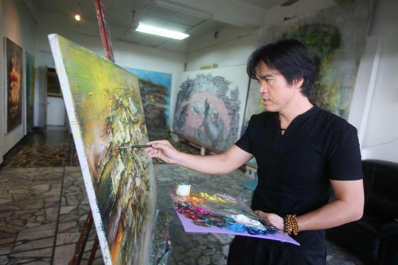 梁全威以明暗對比展現出強烈的繪畫風格,生活經歷、對故鄉的思念都是他創作的靈感來源。(圖/柯承惠攝)