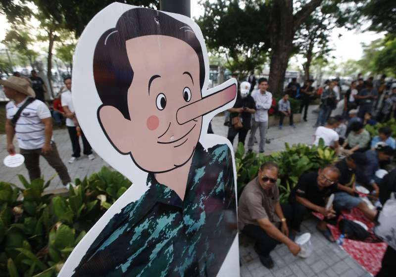 今年5月22日是泰國政變4週年,一群泰國民眾在首都曼谷街頭示威,要求軍政府舉行大選,示威民眾以鼻子變長的總理帕拉育之人形立牌,諷刺軍政府多次反悔,延後大選(美聯社)