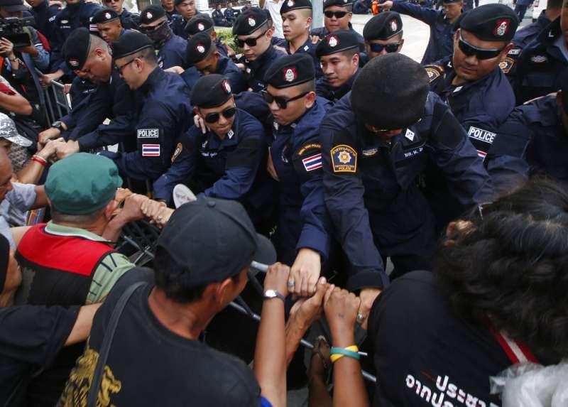 今年5月22日是泰國政變4週年,一群泰國民眾在首都曼谷街頭示威,要求軍政府恢復民主制度,並與鎮暴警察發生衝突(美聯社)