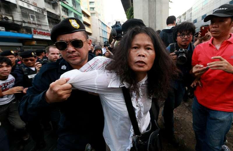 2014年5月22日,泰國軍方22日發動政變。陸軍總司令帕拉育宣布接管政權,當天曼谷持續出現反政變示威活動,警方逮捕一名示威抗議的女性(美聯社)