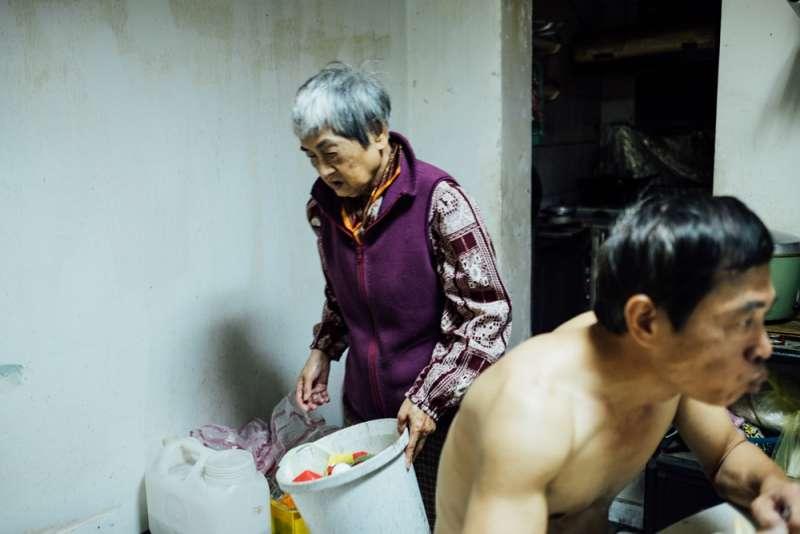 板橋浮州大觀社區住戶陶建中與母親素香(大觀自救會提供)