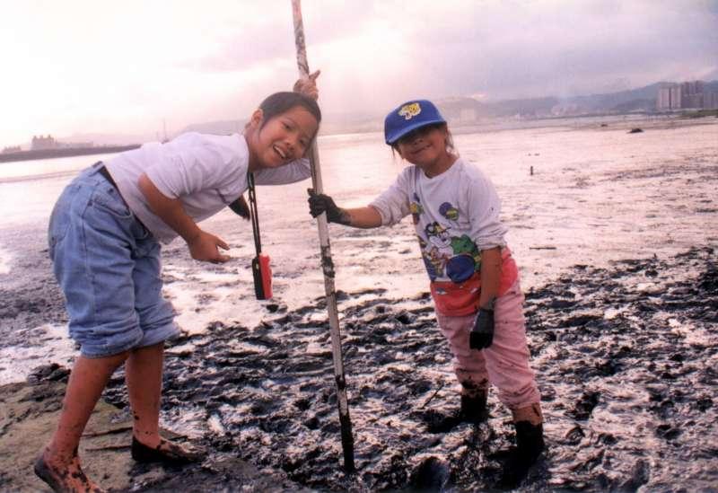 2000年11月,我與學生在社子島尾端探索濕地,孩子成為全世界最髒的小孩,卻也是玩得最開心的小孩。(圖/想想論壇提供)