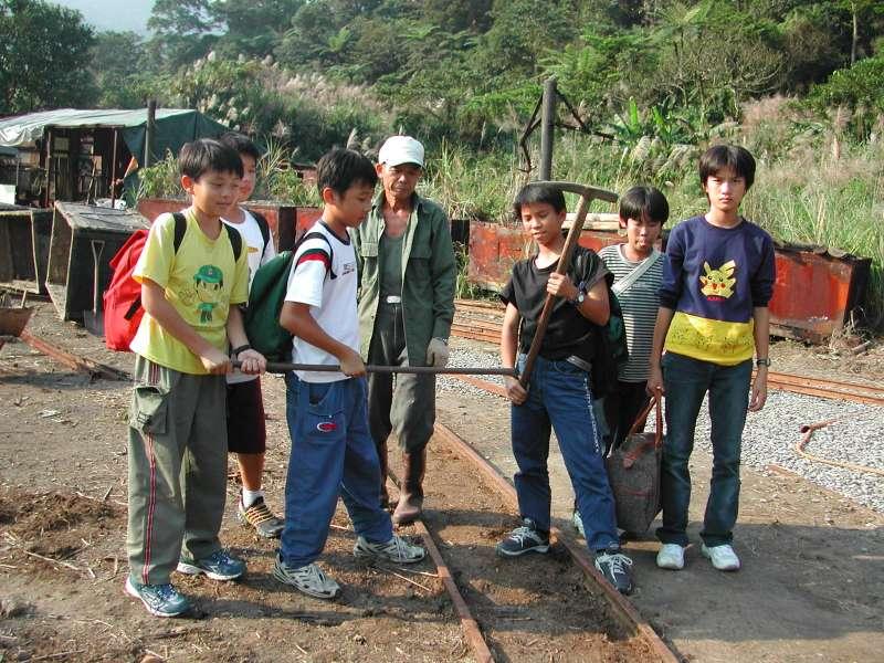 2002年9月,我的學生分組各自到達平溪旅行,沿途拍攝旅遊過程,這是老師沒有參與到的畫面。(圖/想想論壇提供)