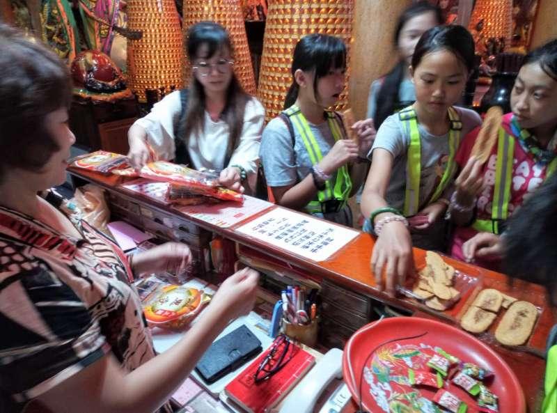 2018年11月,帶孩子騎單車拜訪員山大三鬮慈惠寺,受到廟方熱情招待,請吃牛舌餅,並贈送平安米,讓孩子個個都很開心。(圖/想想論壇提供)