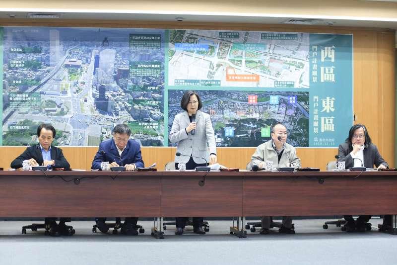 20181213-總統蔡英文與台北市長柯文哲13日視察北門廣場並聽取西區門戶計畫簡報。(簡必丞攝)