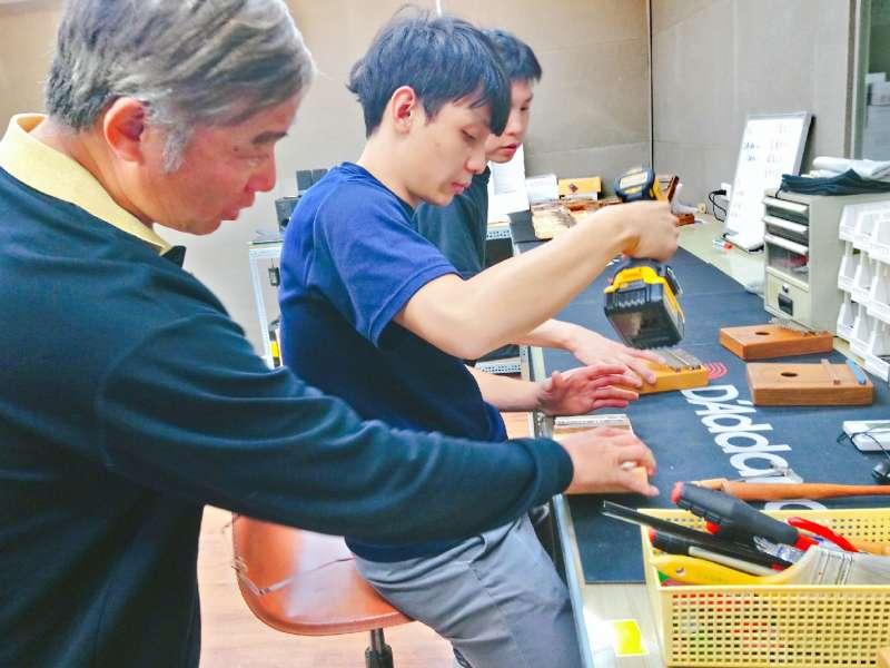 除了一開始將半成品的琴體,以電動鑽孔機打出五個螺絲孔,之後的每一道工法幾乎都是師傅純手工進行,以某種層面來說MUSIC City的卡林巴琴,也算是一種Handmade文創了。(圖/王芸軒攝)