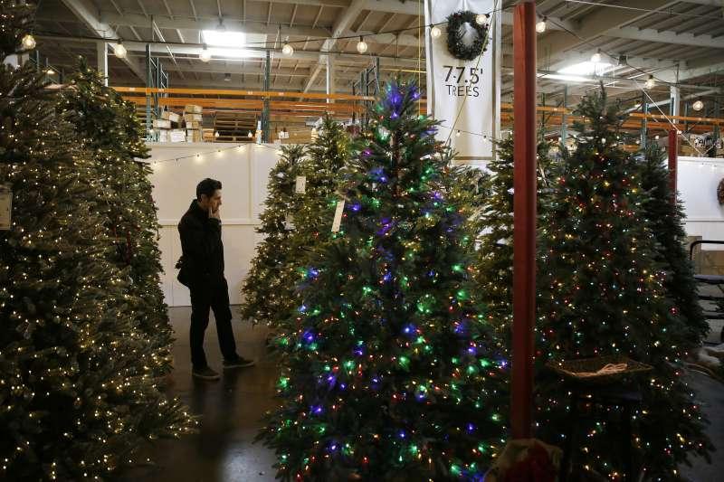 美國加州,一名男性顧客正在選購人造聖誕樹(美聯社)