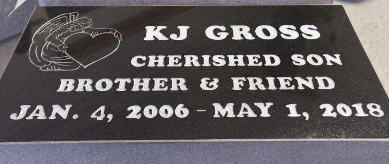 美國12歲小男孩克拉庫拉克打零工為病逝好友葛羅斯買下墓碑。(AP)