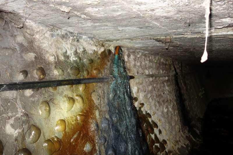 彰化電鍍工廠偷排廢水 20181213_業者利用廠區下方排水道,排放藍綠色有毒的氰化物廢水入水溝。(環保署提供)