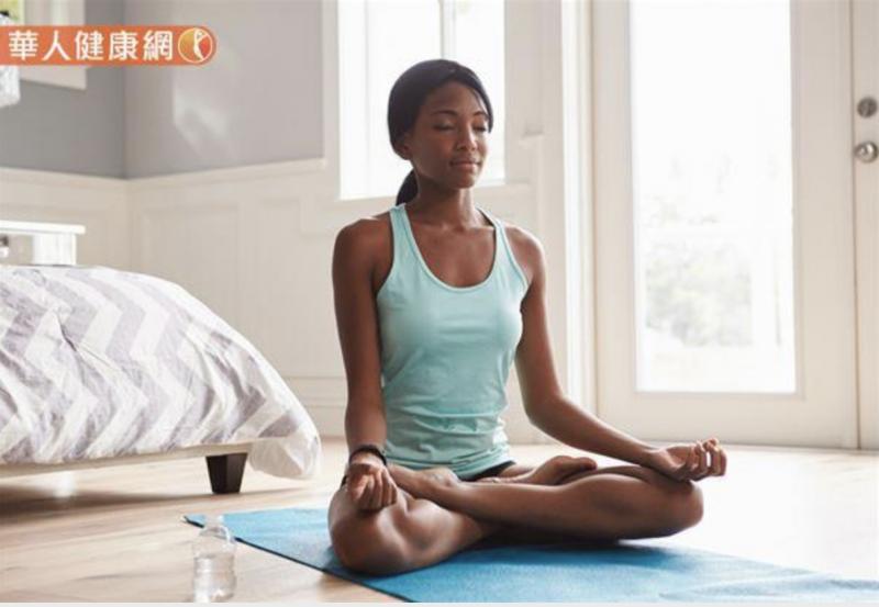 20181213-若是筋太硬、太緊,或是本身不常運動的人,並不易達成雙盤腿的動作。(圖/華人健康網提供)
