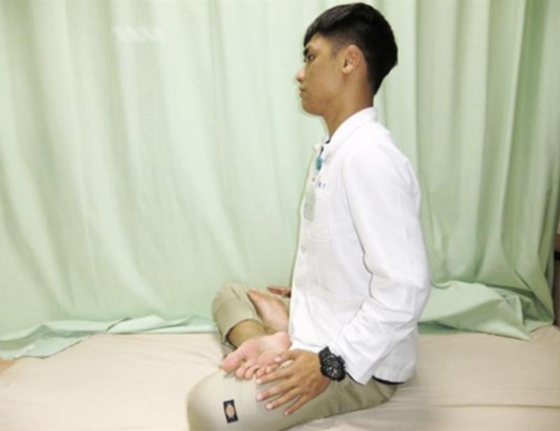 20181213-雙盤腿動作示範。第2步驟,雙盤腿側面,須注意背部要打直,圖為活力得中山脊椎外科醫院物理治療師王俊介示範。(圖/華人健康網提供)