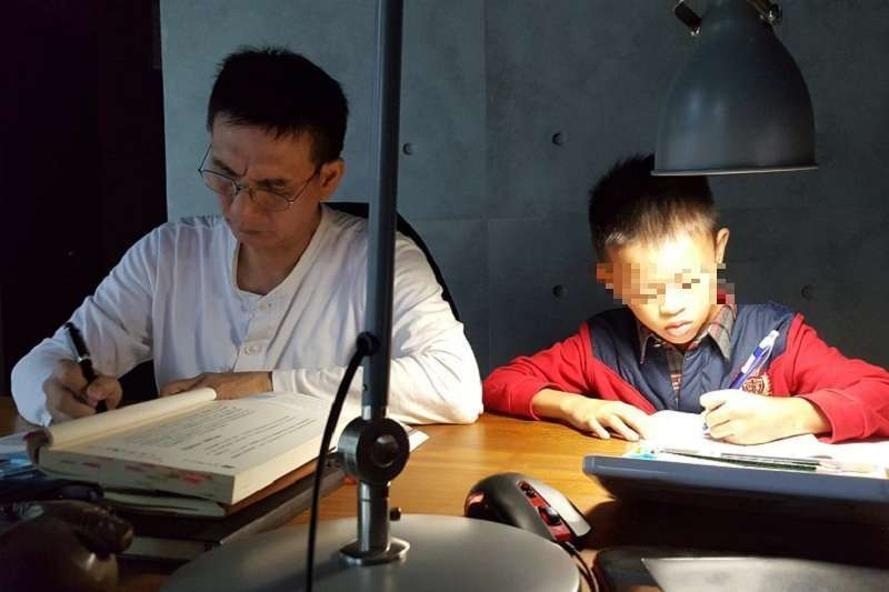 貝比(右)與作者丈夫。(作者提供)