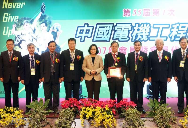 20181214-總統蔡英文出席「電機工程學會107年會員暨會員代表大會」暨訪視台灣電力公司。(蘇仲泓攝)