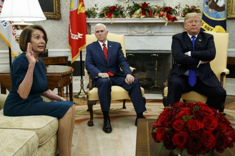 2018年12月11日,民主黨眾議院領袖裴洛西(左)在白宮與美國總統川普(右)與副總統彭斯(中)會晤。(美聯社)