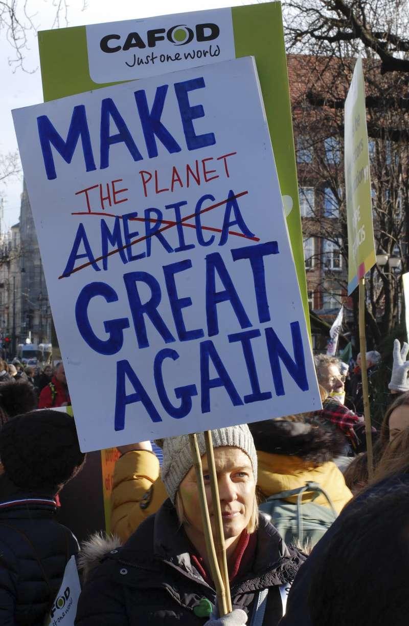2018年12月8日,示威者高舉著「讓地球再度偉大」的標語,在波蘭COP24會議場呼籲各國領袖重視全球暖化問題。(AP)