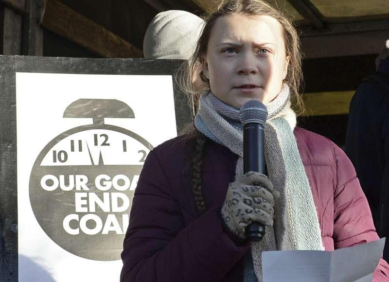 2018年12月8日,示威者高舉著「我們的目標是終結煤炭」的標語,在波蘭COP24會議場外抗議。(AP)