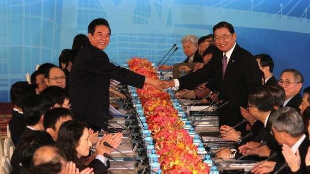 2012年8月9日第八次江陳會談在台北召開,海協會長陳雲林(左)、海基會董事長江丙坤(右)代表簽署。(海基會)