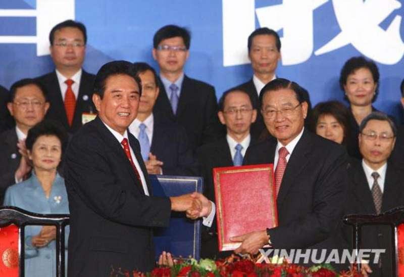 2008年11月4日第二次江陳會談在台北召開,海協會長陳雲林(左)、海基會董事長江丙坤(右)代表簽署。(新華網)