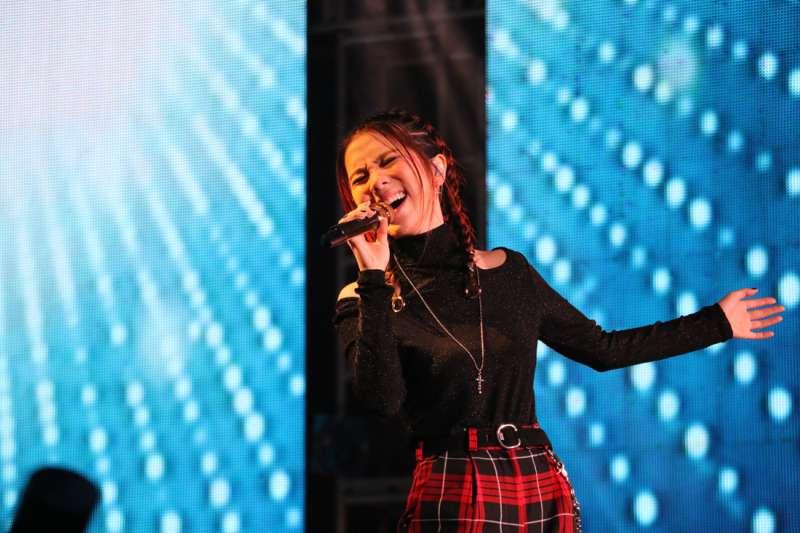 鄧紫棋壓軸獻唱多首歌曲讓逾十萬名國內外觀眾high翻天,她也承諾未來考慮到新北市辦個人演唱會 。(圖/李梅瑛攝)