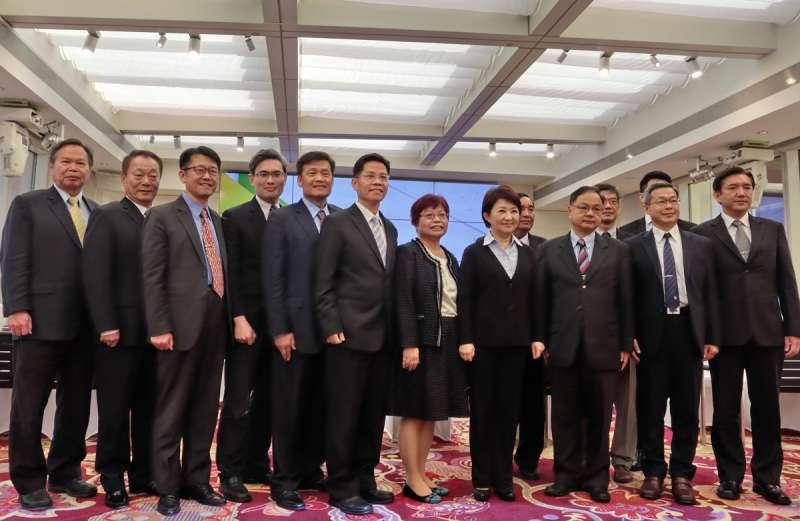 台中市長當選人盧秀燕(右四)公布13位一級主管,老將新人並存,還有來自學界跟各行各業專業人士。(圖/王秀禾攝)
