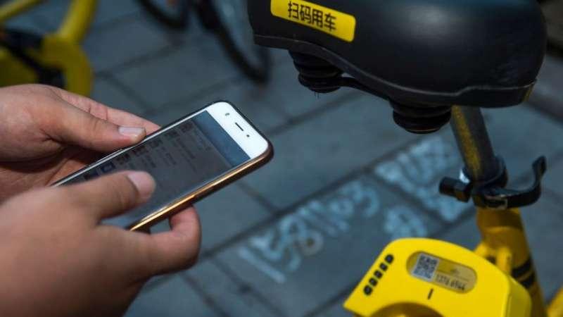 用戶只需在手機上註冊並繳納199元押金,即可隨意使用街頭的「小黃車」。(圖/BBC中文網)