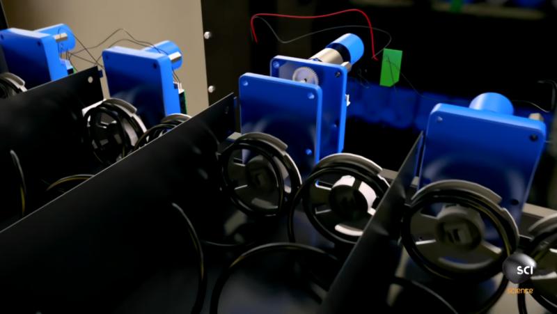 以零食販賣機為例,微型電腦會控制零食擺放位置後方的馬達,負責將商品推入出貨口。(圖/截自YouTube)