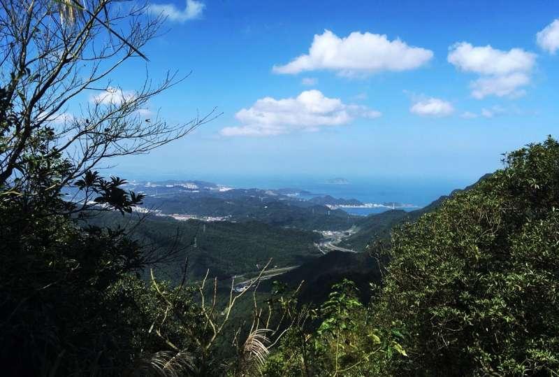 探幽亭上的絕佳展望,可遠眺基隆嶼與北濱風光。(圖/李義章攝)