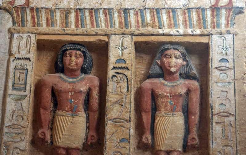 埃及4400年前王室祭司瓦提耶的墓室出土,雕像保存狀況良好,色彩依舊鮮艷(美聯社)