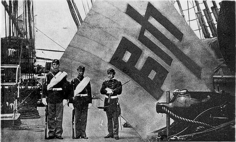 美軍士兵與被奪取的朝鮮將領魚在淵「帥」字旗合影,該旗作為戰利品長期放置在美國海軍學院展出,經過韓國政府長期艱苦交涉,2007年10月,該旗被租賃回韓國,現存放於首爾國立古宮博物館。(圖/想想論壇)
