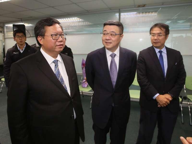 卓榮泰(中)選民進黨主席,是鄭文燦(左)、黃偉哲(右)等中生代政治明星的最大公約數。(柯承惠攝)