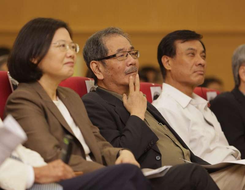 吳乃仁(中)的退黨動作,恐怕還是來自對蔡英文(左)的不滿。(新新聞資料照)