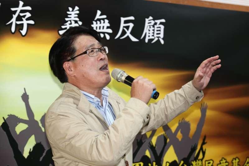 20181219-民進黨黨主席候選人游盈隆與媒體茶敘,現場獻唱一首「台灣是咱的生命」。(蔡親傑攝)