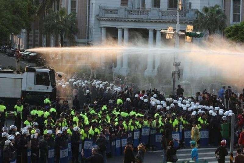 2014年323大陽花攻佔行政院,隔日凌晨警方強制驅離。(資料照,余志偉攝)